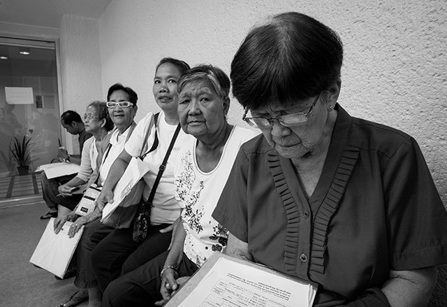 LINING UP. Human rights compensation applicant Leticia Abaquita (R), 82 year old, with claimants from Mariveles, Bataan. Photo by Rick Rocamora