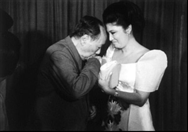 Mao welcomes Imelda Marcos to China 4